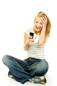 אישה המקבלת הודעת סמס משמחת
